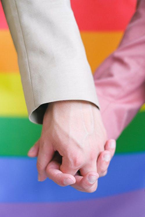 ¿Sigue siendo difícil «salir del armario» en la oficina? La realidad del colectivo LGTBIQ+