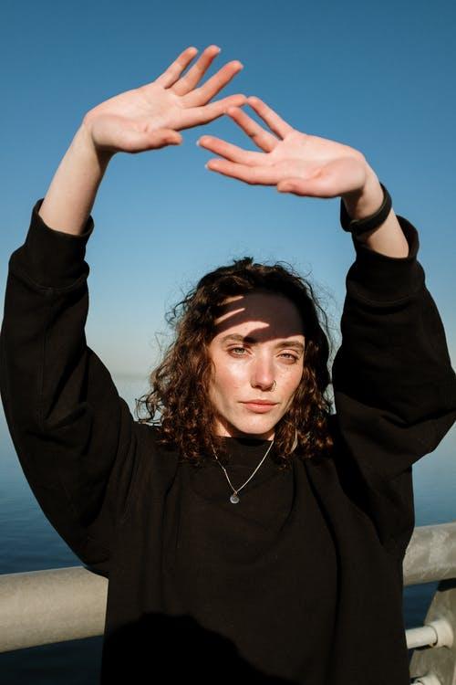 'Raise Your Hand': así es el proyecto de Salud Mental de Maybelline New York